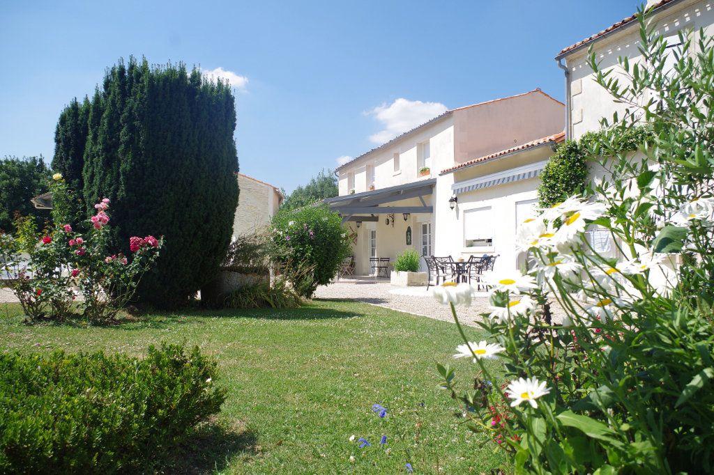 Maison à vendre 12 316m2 à Saint-Hilaire-la-Palud vignette-1