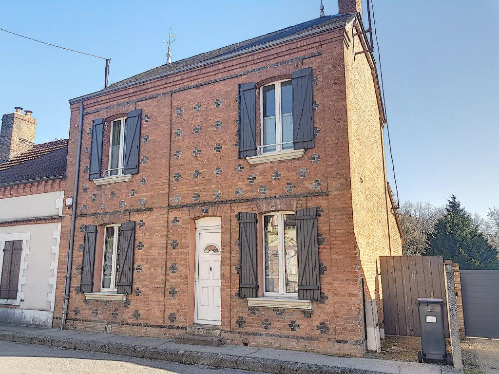 Maison à vendre 4 101m2 à Pierrefitte-sur-Sauldre vignette-1