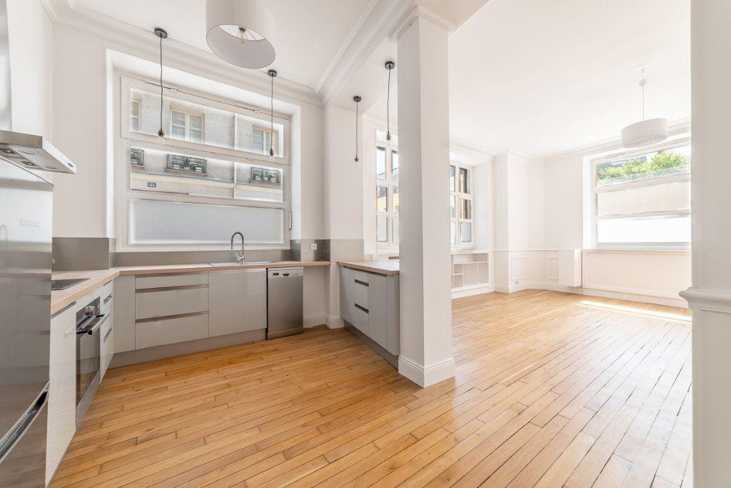 Appartement à vendre 2 65.05m2 à Paris 7 vignette-1