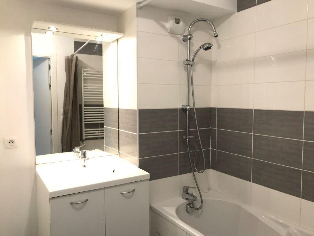 Appartement à louer 3 65.4m2 à Vénissieux vignette-4