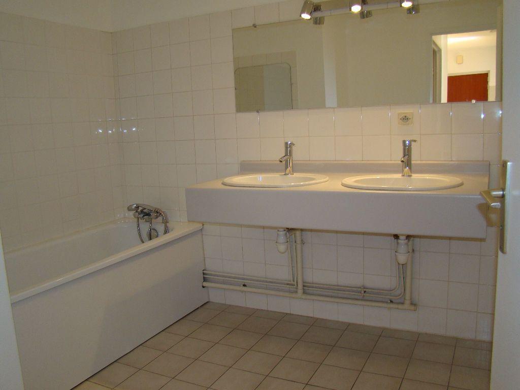 Appartement à louer 5 117.79m2 à Villeurbanne vignette-6