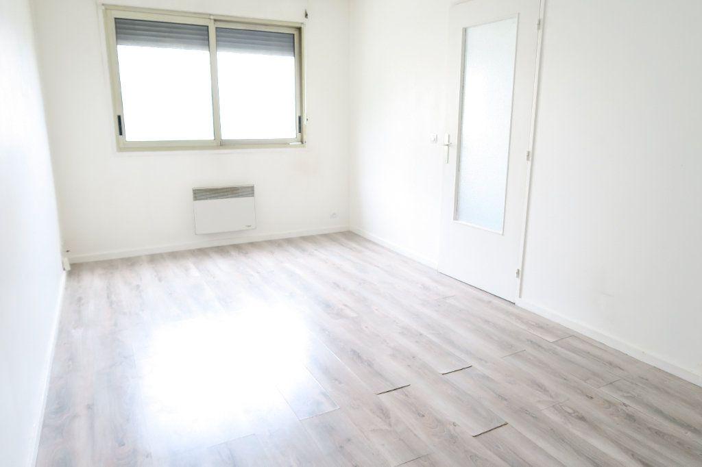 Appartement à louer 1 31.21m2 à Lyon 7 vignette-1