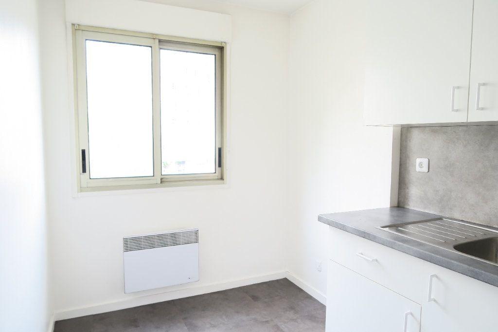 Appartement à louer 1 31.21m2 à Lyon 7 vignette-2