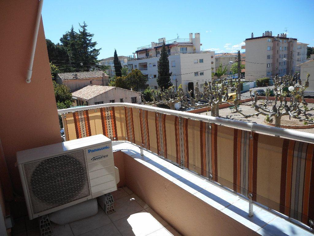 Appartement à louer 3 52.58m2 à Saint-Raphaël vignette-1