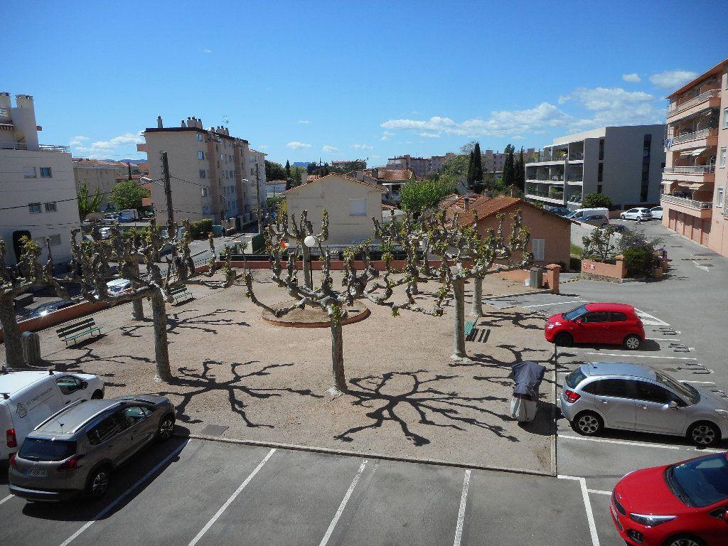 Appartement à louer 3 52.58m2 à Saint-Raphaël vignette-2