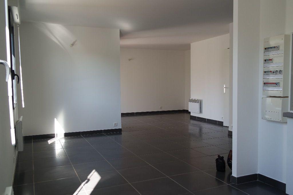 Appartement à louer 3 63.63m2 à Nîmes vignette-1