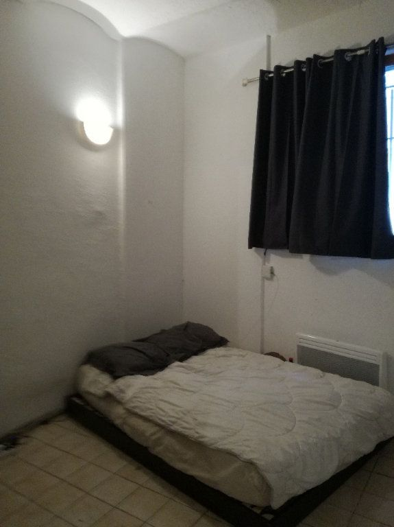 Appartement à louer 1 23m2 à Nîmes vignette-2