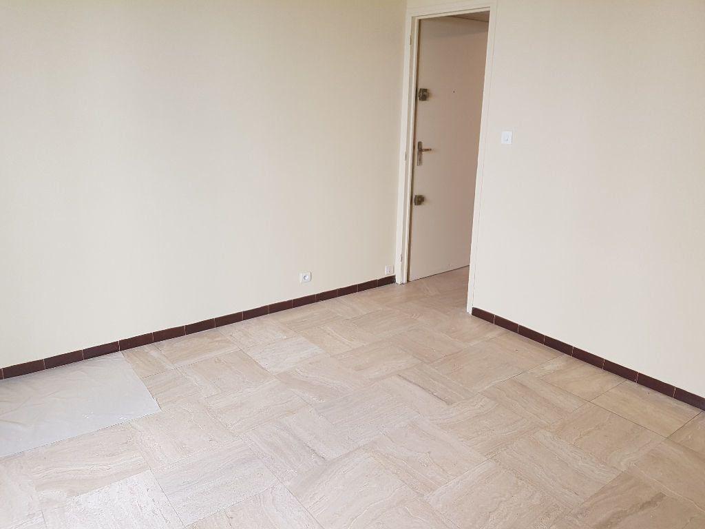 Appartement à louer 1 25m2 à Nîmes vignette-2