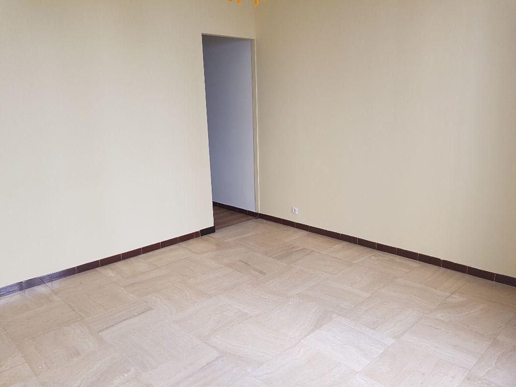 Appartement à louer 1 25m2 à Nîmes vignette-3