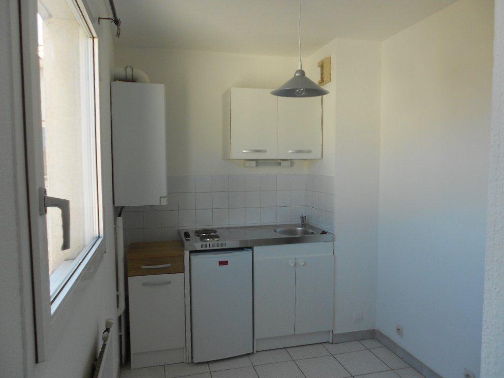 Appartement à louer 1 24m2 à Nîmes vignette-2