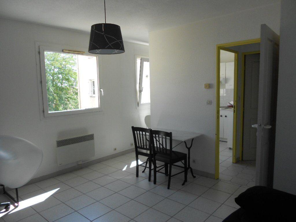 Appartement à louer 1 24m2 à Nîmes vignette-3