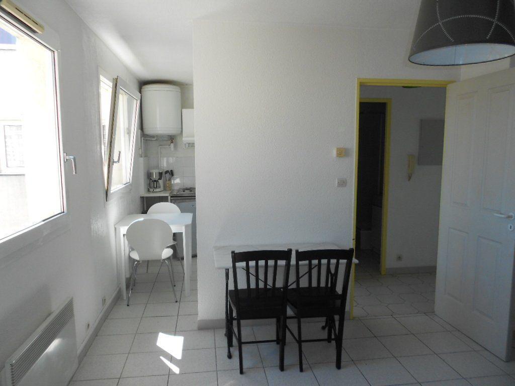 Appartement à louer 1 24m2 à Nîmes vignette-4
