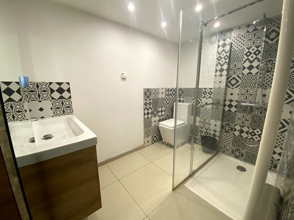 Appartement à vendre 7 164.1m2 à Nîmes vignette-7