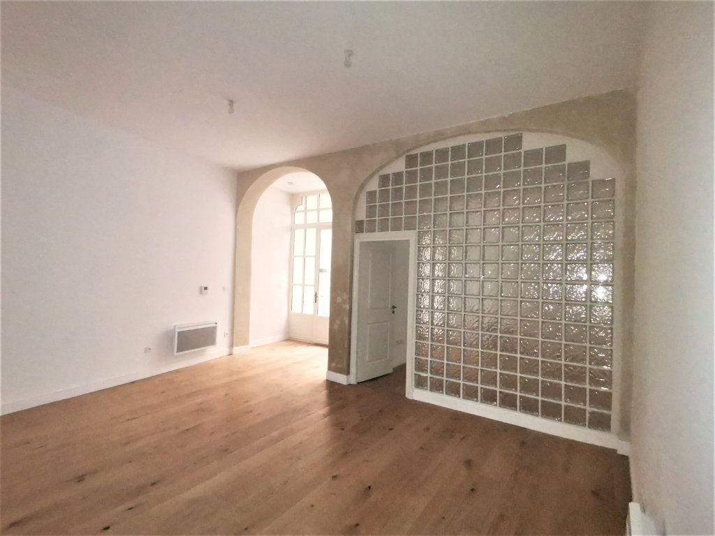 Appartement à louer 3 56m2 à Nîmes vignette-1