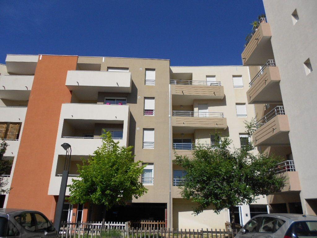 Appartement à louer 2 42.5m2 à Nîmes vignette-1