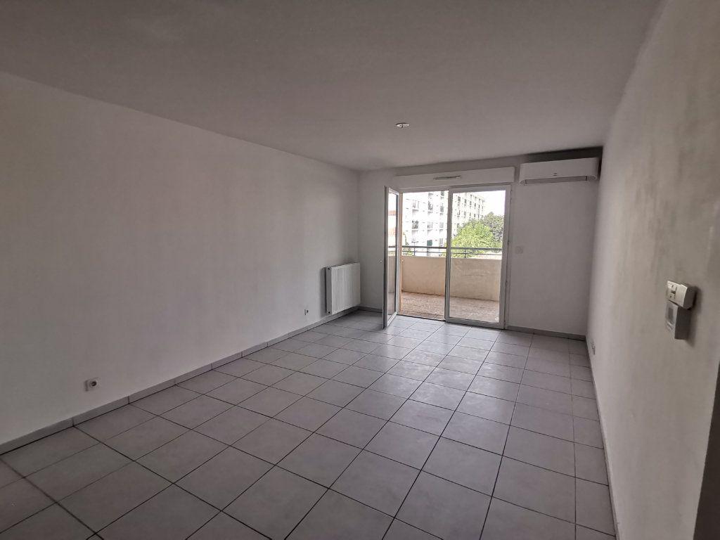 Appartement à louer 3 60.25m2 à Nîmes vignette-2
