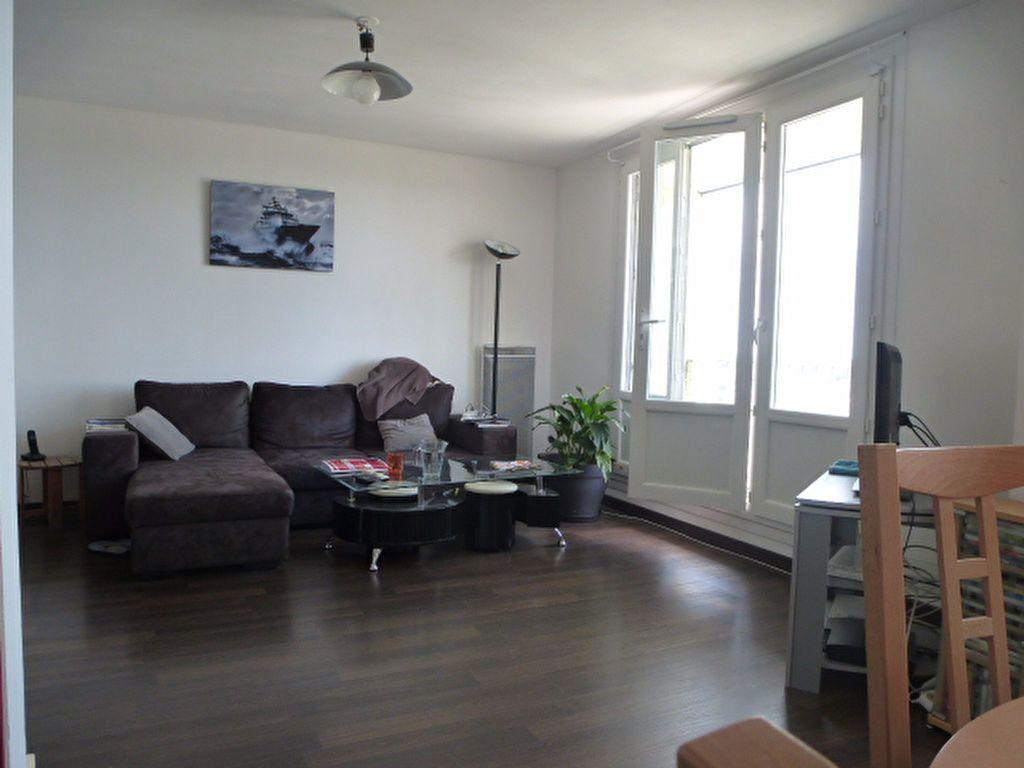 Appartement à louer 2 73m2 à Saint-Jean-de-la-Ruelle vignette-1