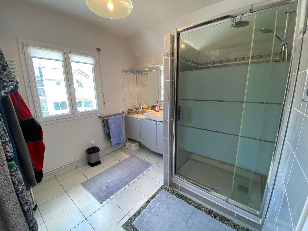 Appartement à louer 4 100m2 à Larmor-Plage vignette-13