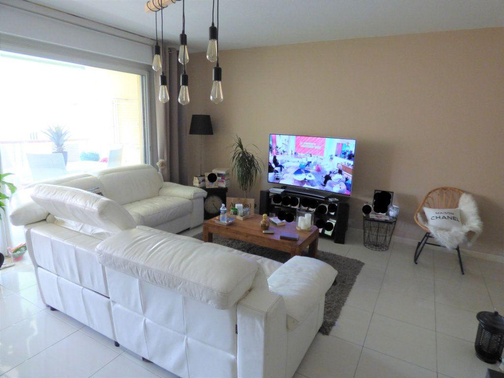 Appartement à vendre 4 101m2 à Fréjus vignette-6