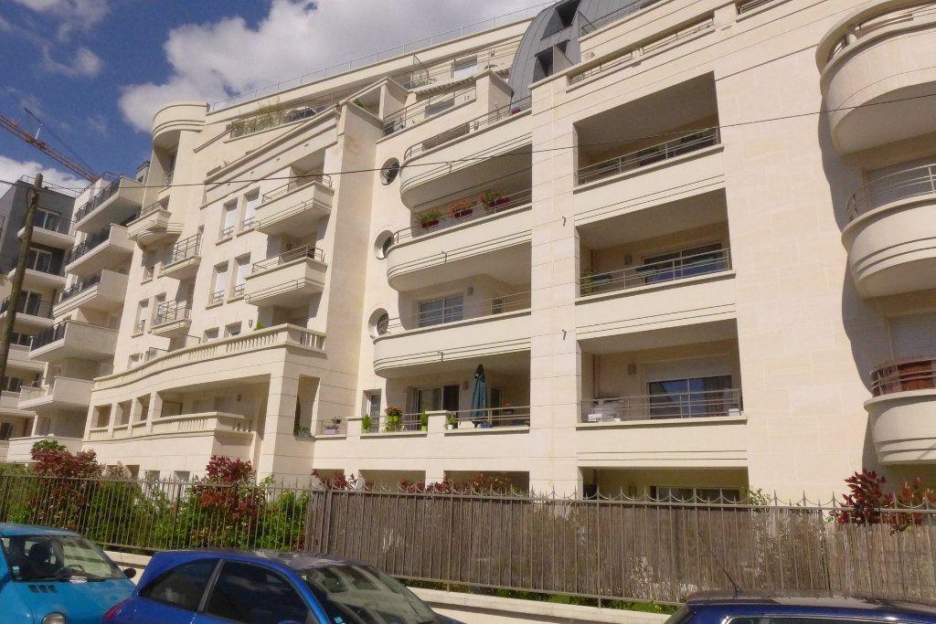Appartement à louer 3 67.99m2 à Rosny-sous-Bois vignette-1