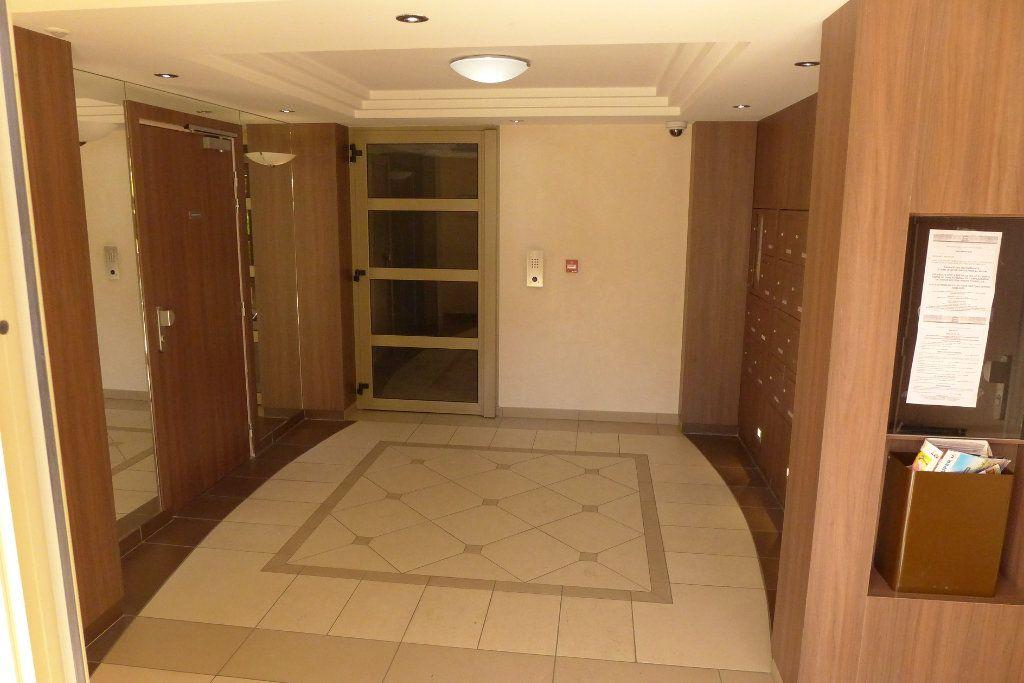 Appartement à louer 3 67.99m2 à Rosny-sous-Bois vignette-2