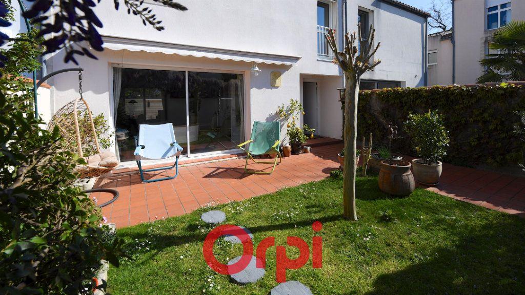 Maison à vendre 8 171m2 à La Rochelle vignette-1
