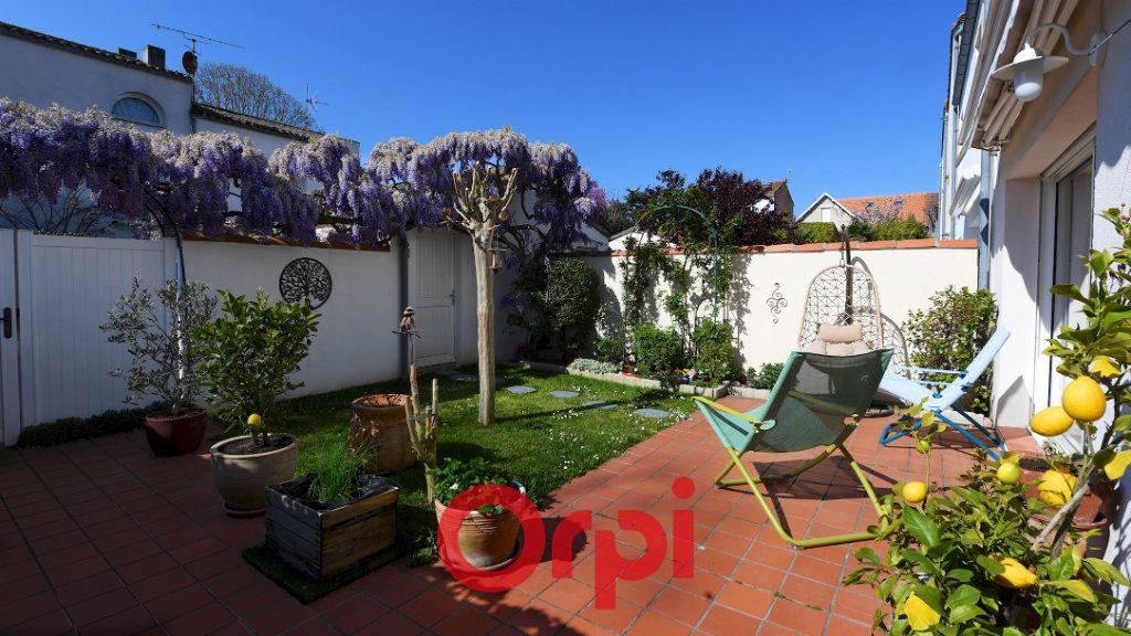 Maison à vendre 8 171m2 à La Rochelle vignette-2
