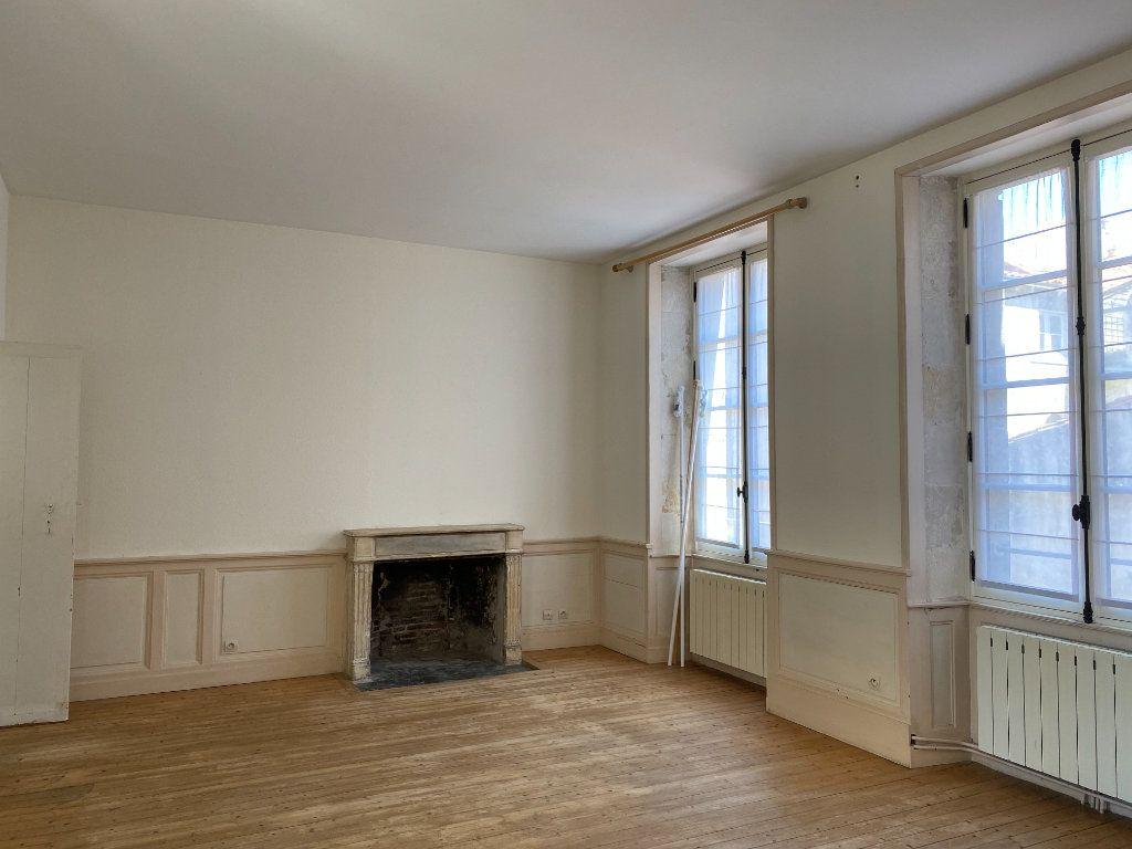 Appartement à louer 2 69m2 à La Rochelle vignette-1