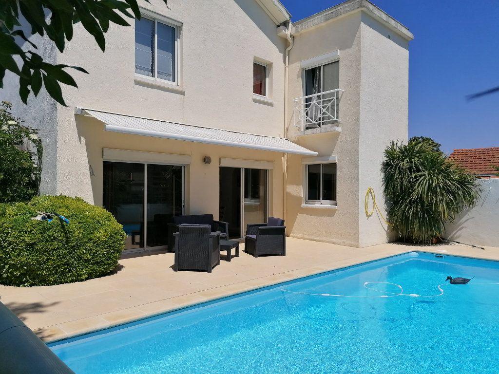 Maison à vendre 6 135m2 à La Rochelle vignette-1