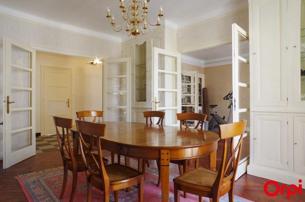 Appartement à louer 4 136.06m2 à Lyon 6 vignette-4