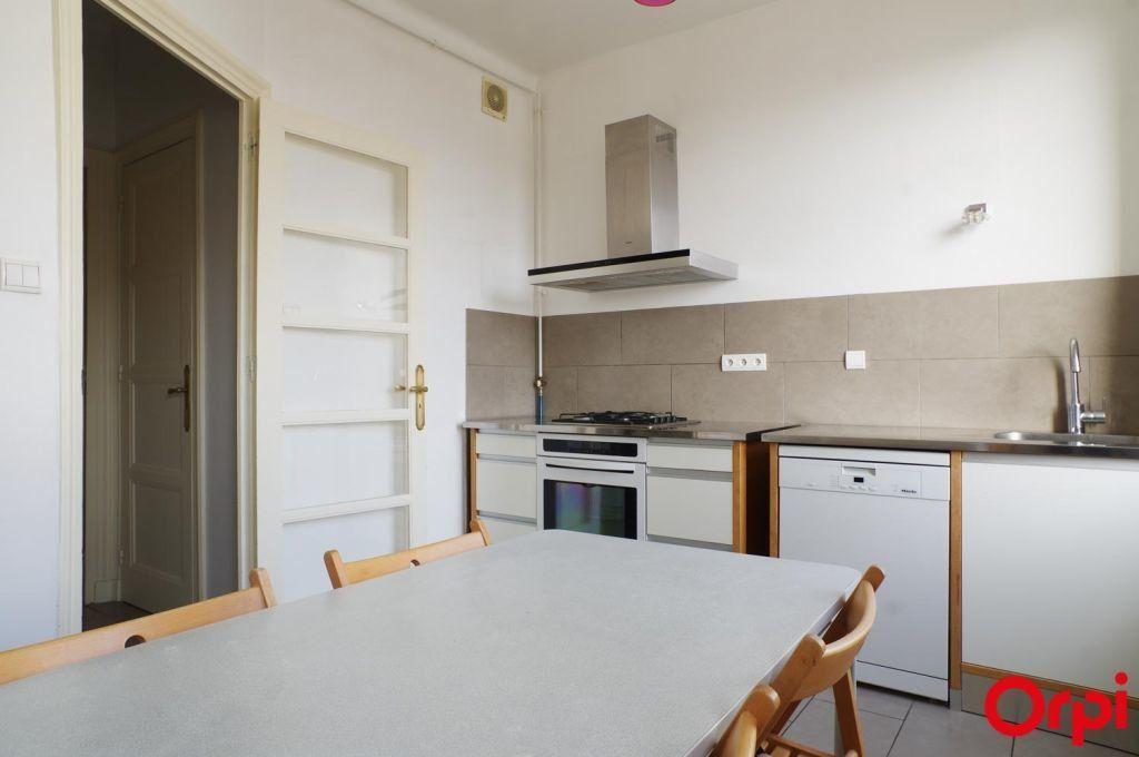 Appartement à louer 4 136.06m2 à Lyon 6 vignette-5