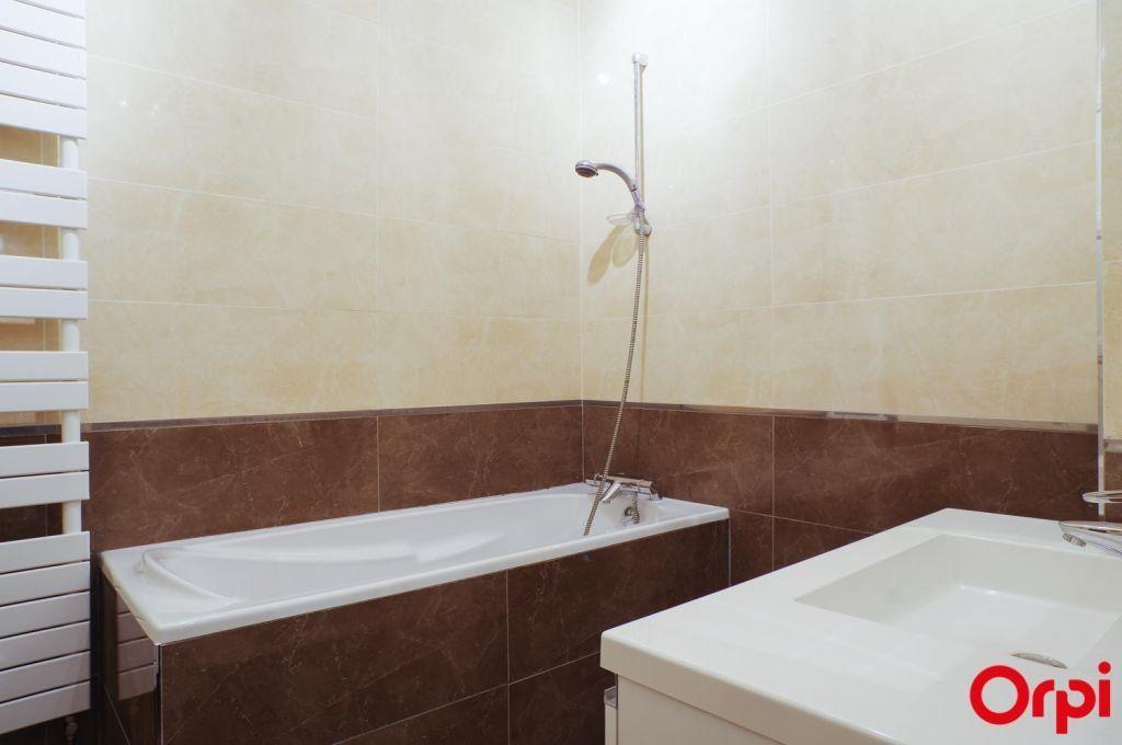 Appartement à louer 4 136.06m2 à Lyon 6 vignette-13
