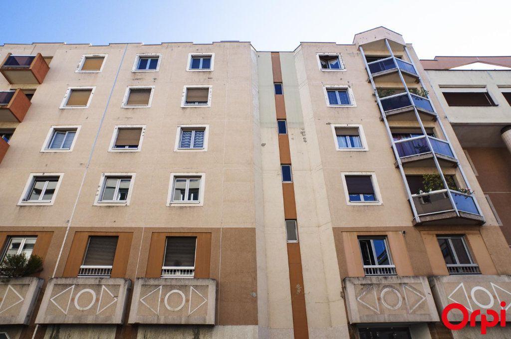 Appartement à louer 3 72.05m2 à Lyon 6 vignette-12