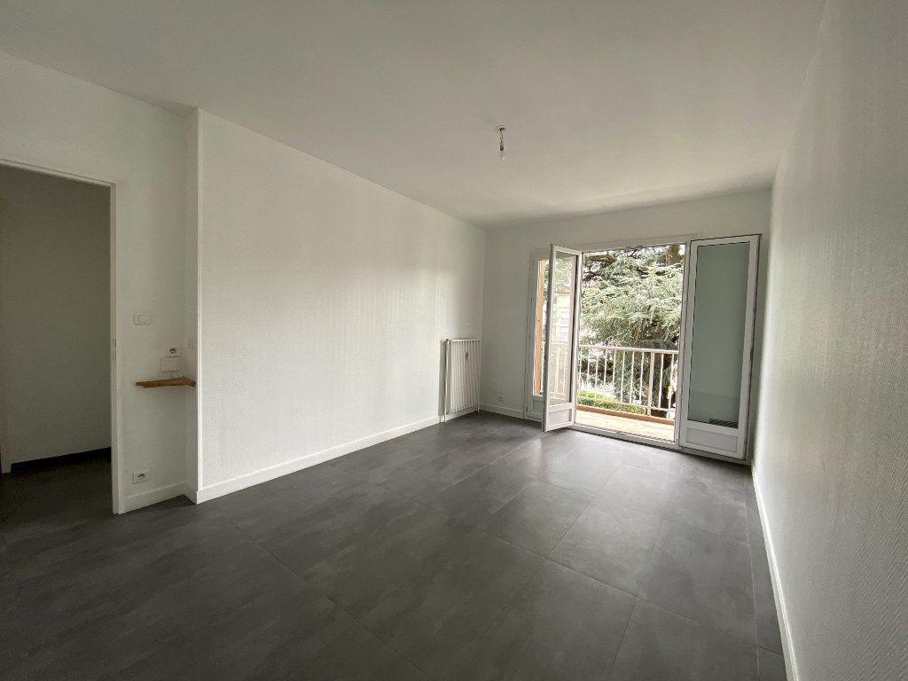Appartement à louer 1 29m2 à Tassin-la-Demi-Lune vignette-1