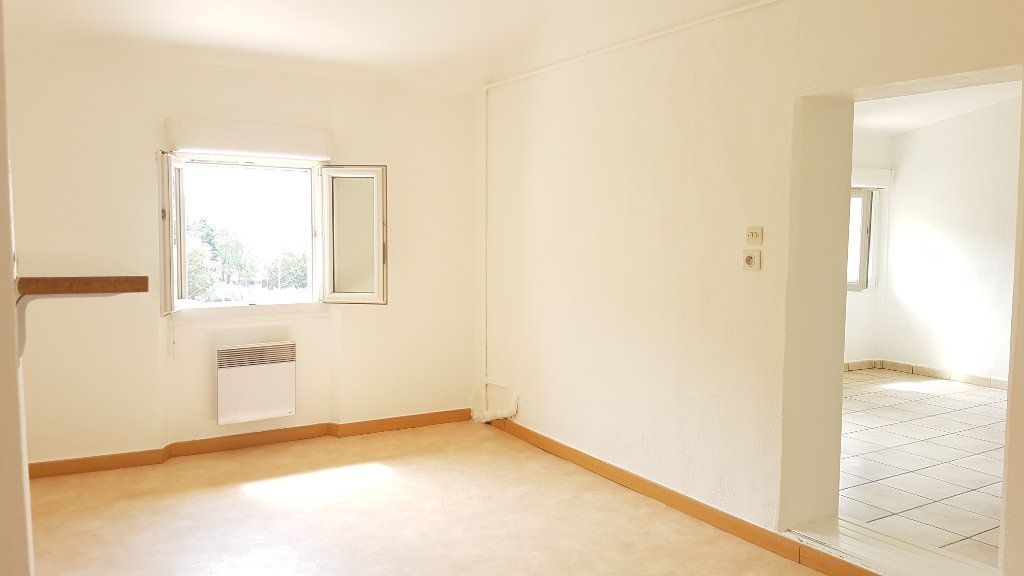 Appartement à louer 3 61.75m2 à Le Revest-les-Eaux vignette-3