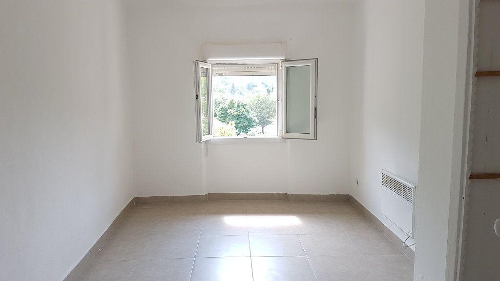 Appartement à louer 3 61.75m2 à Le Revest-les-Eaux vignette-5