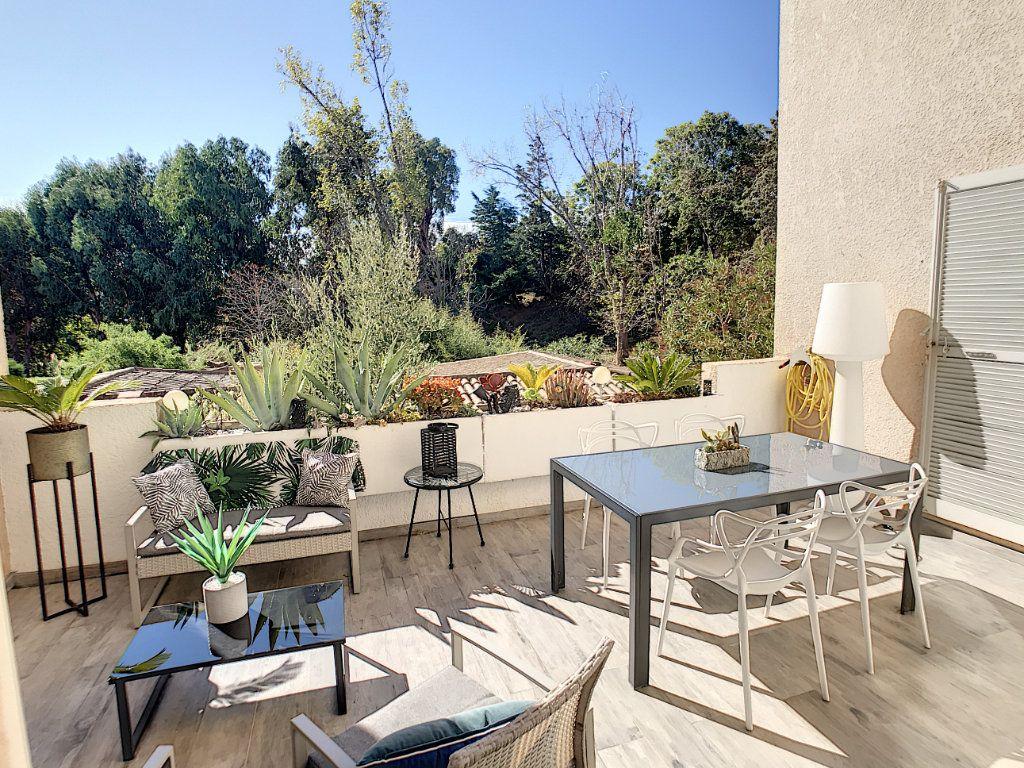 Maison à vendre 4 111.5m2 à Villeneuve-Loubet vignette-1