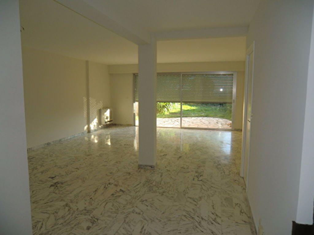 Maison à louer 3 106m2 à Cagnes-sur-Mer vignette-3