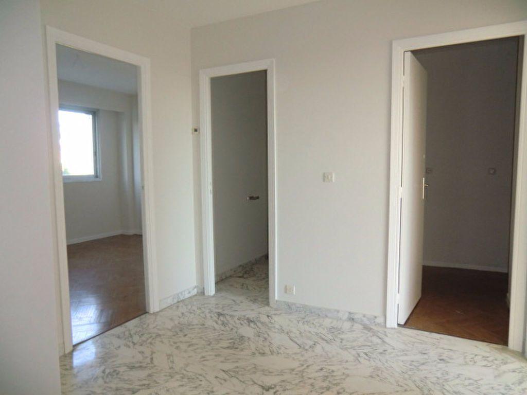 Maison à louer 3 106m2 à Cagnes-sur-Mer vignette-6