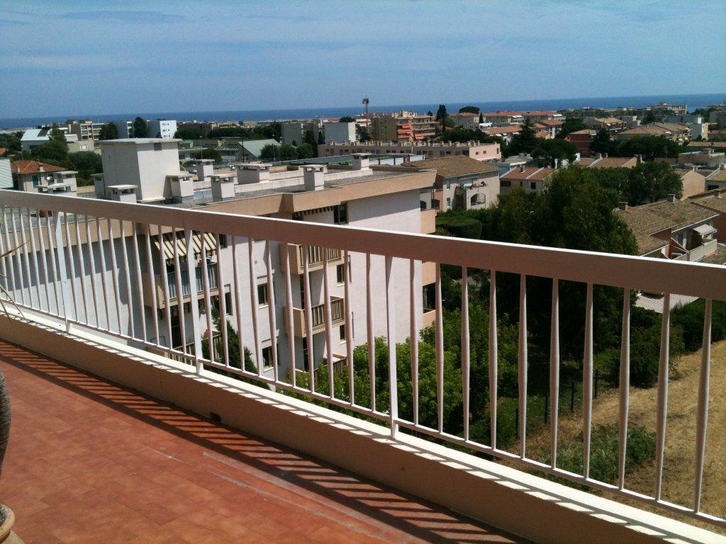 Appartement à louer 3 78.31m2 à Saint-Laurent-du-Var vignette-1