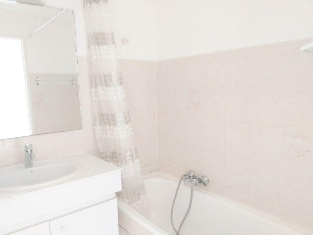 Appartement à louer 1 25m2 à Fréjus vignette-4