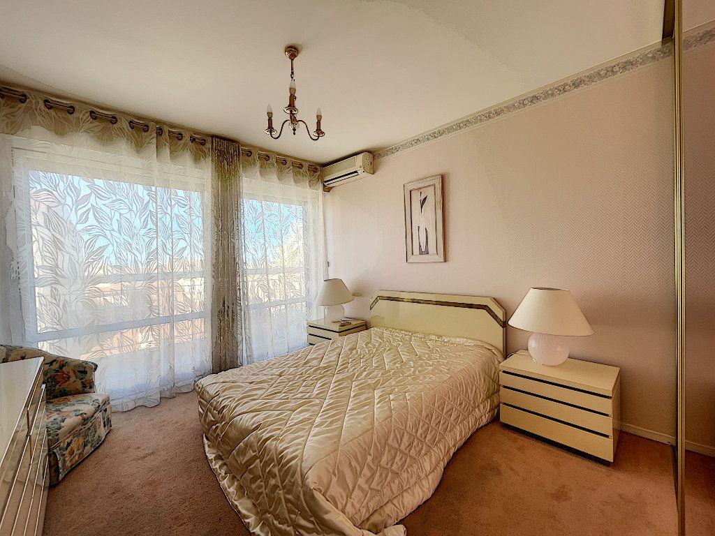 Appartement à louer 3 75m2 à Saint-Raphaël vignette-4