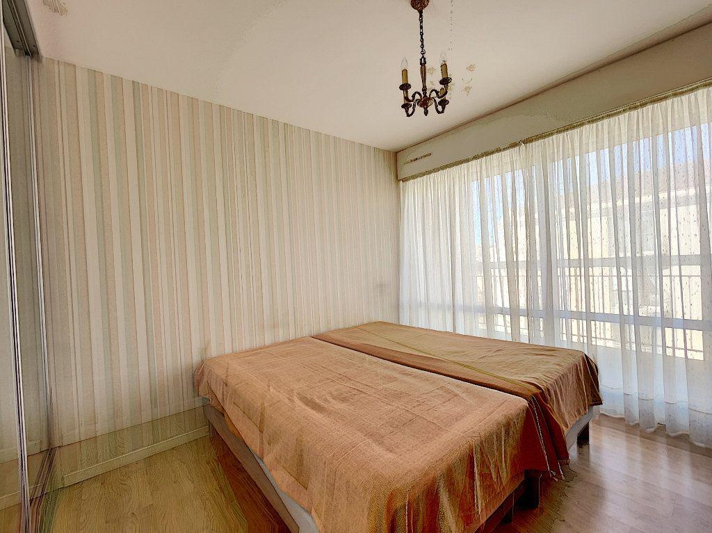 Appartement à louer 3 75m2 à Saint-Raphaël vignette-5