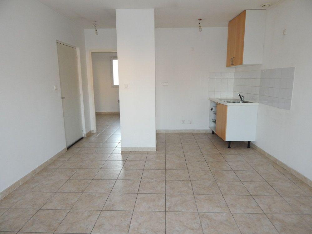 Appartement à louer 2 35m2 à La Fare-les-Oliviers vignette-1