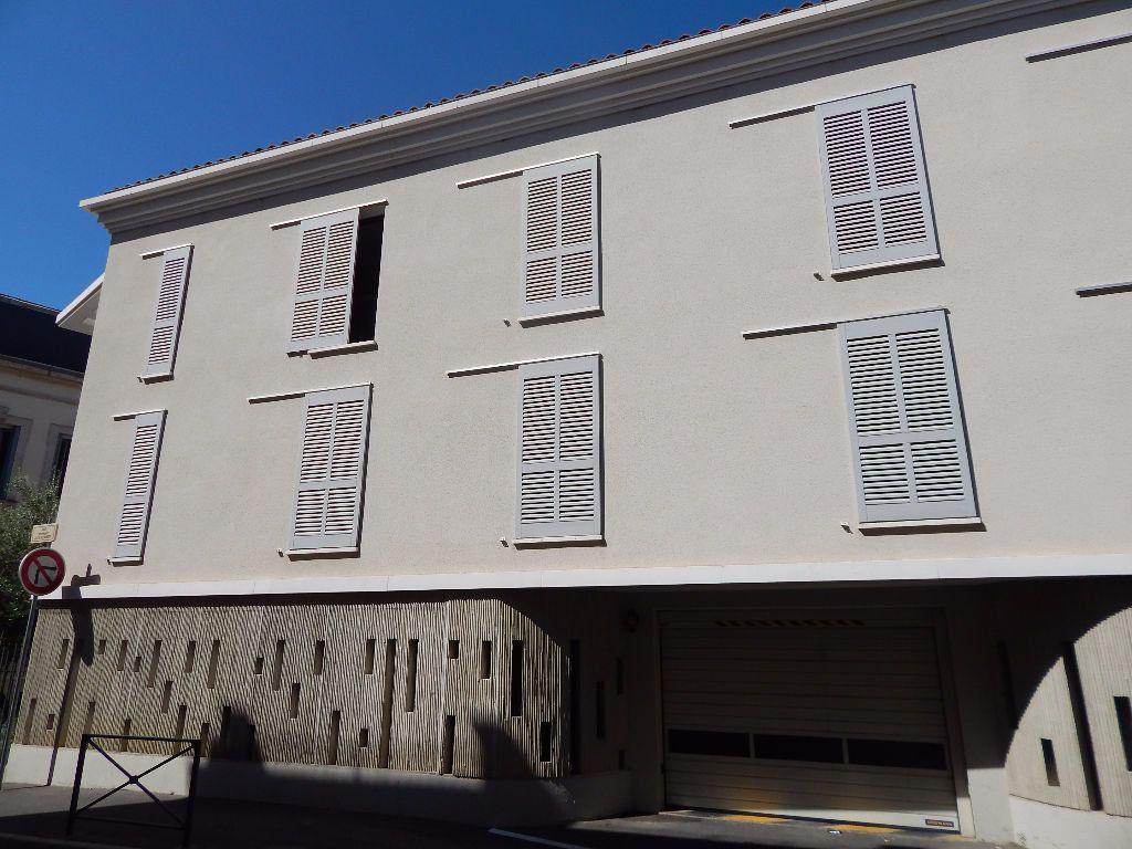Appartement à louer 4 110.56m2 à Salon-de-Provence vignette-2