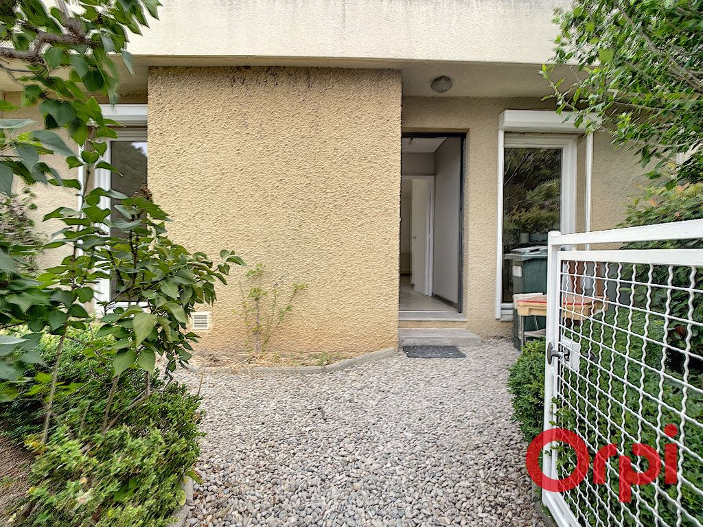 Maison à louer 4 100m2 à Salon-de-Provence vignette-4