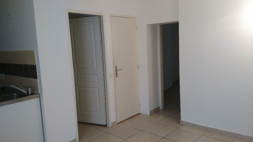 Appartement à louer 2 28m2 à Lambesc vignette-1