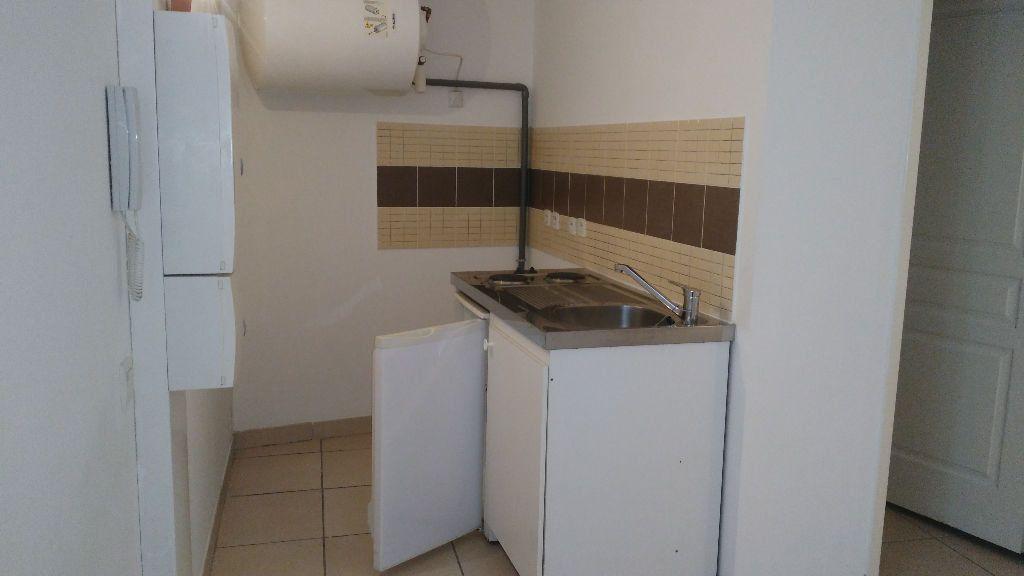 Appartement à louer 2 28m2 à Lambesc vignette-2