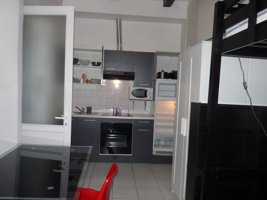 Appartement à louer 1 19m2 à Marseille 8 vignette-1