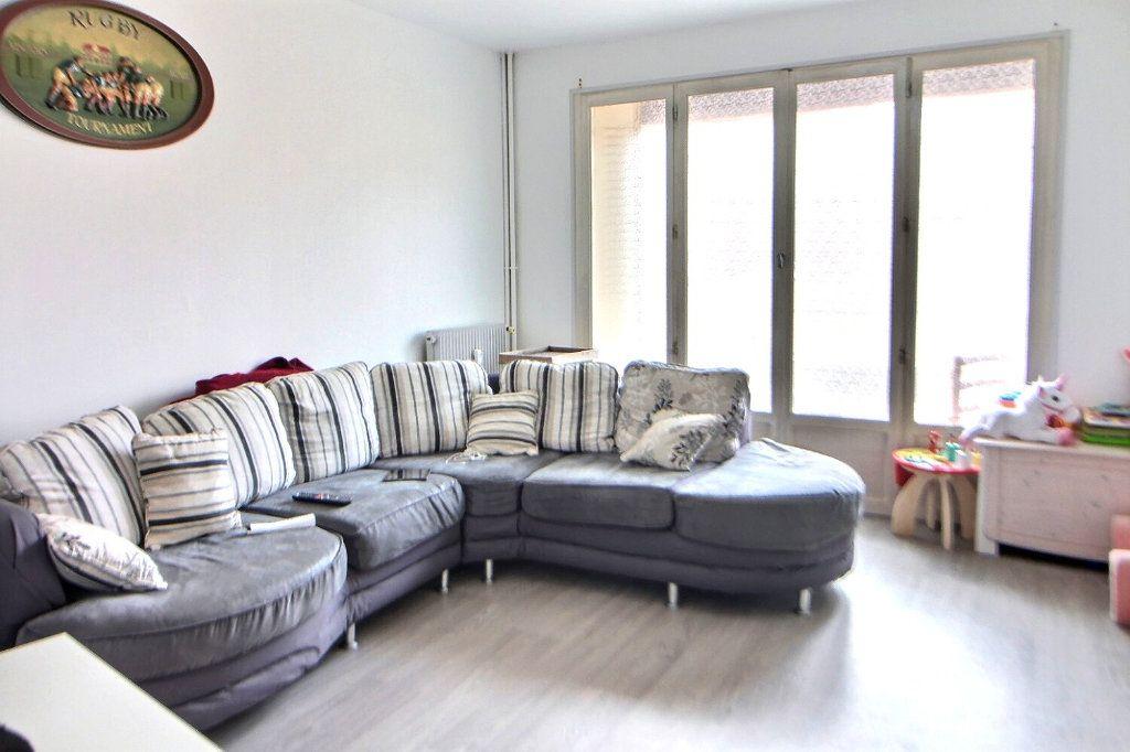 Appartement à louer 4 71.35m2 à Roanne vignette-1